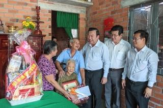 Trưởng Ban Nội chính Tỉnh ủy thăm, chúc tết cán bộ hưu trí, gia đình chính sách ở Trảng Bàng