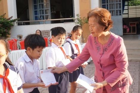 Trao học bổng, quà tết cho học sinh Trường tiểu học Bùi Thị Xuân