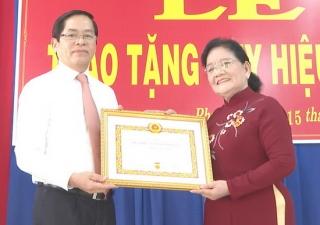 Nguyên Bí thư Tỉnh uỷ Nguyễn Thị Minh nhận Huy hiệu 55 năm tuổi Đảng