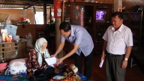 ĐBQH Huỳnh Thanh Phương thăm, tặng quà tết gia đình chính sách tiêu biểu