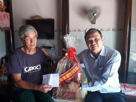 Phó Chủ tịch UBND tỉnh thăm gia đình chính sách tiêu biểu ở Gò Dầu