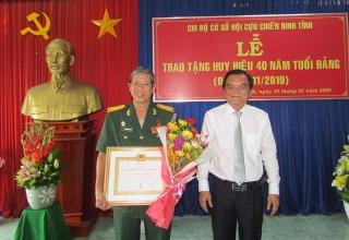 Trao Huy hiệu 40 năm tuổi Đảng cho Chủ tịch Hội CCB tỉnh