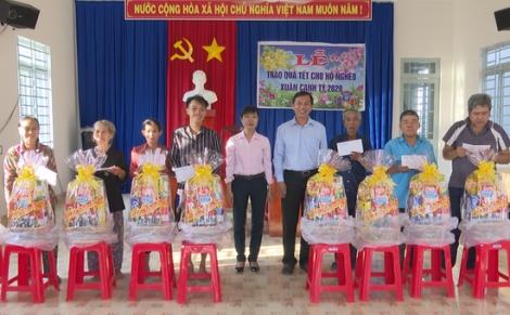 130 hộ nghèo Bến Cầu nhận quà tết từ các mạnh thường quân
