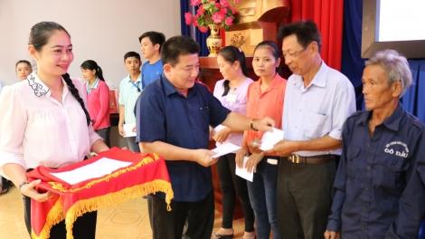 Gò Dầu tổ chức tặng quà cho đoàn viên, công nhân lao động có hoàn cảnh khó khăn