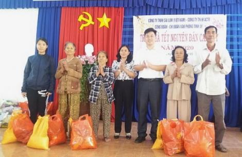 Văn phòng Tỉnh ủy tặng quà tết cho người dân Tân Biên