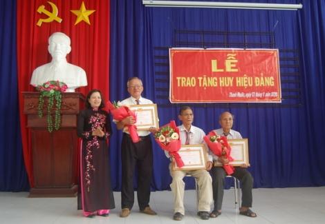 Gò Dầu trao Huy hiệu 45,40 và 30 năm tuổi Đảng.