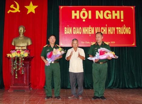 Ban Chỉ huy Quân sự huyện Tân Châu bàn giao nhiệm vụ Chỉ huy trưởng