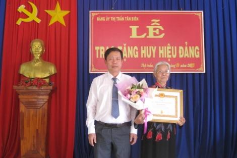 Tân Biên: Trao huy hiệu 50 năm tuổi Đảng
