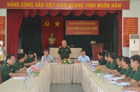 Bàn giao nhiệm vụ Chỉ huy trưởng Ban CHQS huyện Hòa Thành