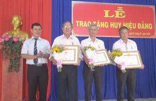 Thành ủy Tây Ninh: trao huy hiệu đảng cho nguyên Giám đốc Sở Y tế Tây Ninh