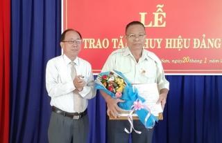 Trao tặng Huy hiệu 50 tuổi Đảng cho đảng viên phường Ninh Sơn