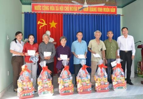 Phó trưởng đoàn ĐBQH đơn vị tỉnh Tây Ninh thăm tặng quà các gia đình chính sách xã Tân Hưng