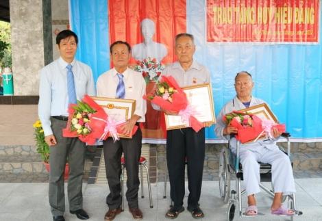 Gò Dầu trao Huy hiệu 70 và 45 năm tuổi Đảng