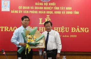 Phó Chủ tịch UBND tỉnh Trần Văn Chiến nhận huy hiệu 30 năm tuổi Đảng