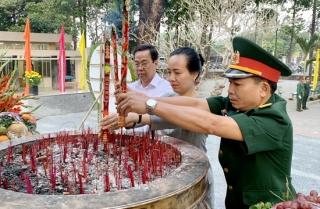 Lãnh đạo huyện Châu Thành viếng nghĩa trang liệt sĩ
