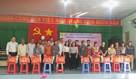 Văn phòng Tỉnh ủy trao quà Tết cho người nghèo