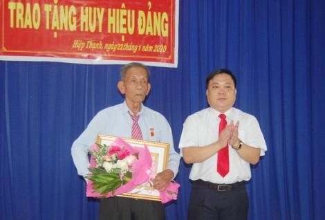 Trao huy hiệu 60 năm tuổi đảng