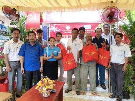 UB.MTTQVN tỉnh tặng quà tết cho người nghèo tại Phường 2