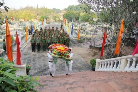 Công an tỉnh Tây Ninh viếng nghĩa trang liệt sĩ