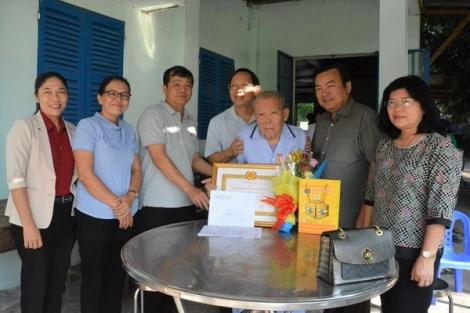 Trao tặng Huy hiệu 65, 50 năm tuổi Đảng cho đảng viên xã Tân Phú