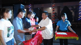 Liên đoàn Lao động tỉnh trao quà Tết cho công nhân ở Trảng Bàng