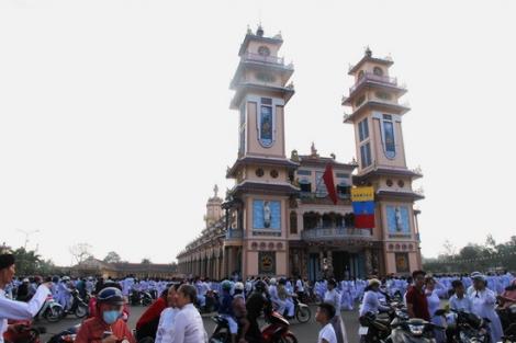 Mùng Một, tín đồ tấp nập đi lễ cầu an ở Tòa thánh Cao Đài