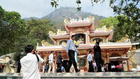 Khách tham quan Khu du lịch quốc gia Núi Bà Đen tăng