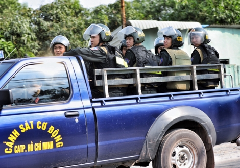 500 cảnh sát vây bắt nghi can bắn chết 4 người