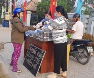 Hội LHPN Gia Bình: Phát khẩu trang y tế miễn phí cho người dân