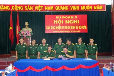 Bàn giao nhiệm vụ Phó Chính ủy Sư đoàn 5