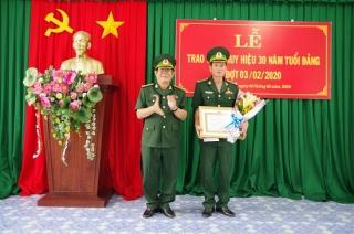 Phó Chỉ huy trưởng BĐBP tỉnh Tây Ninh nhận Huy hiệu 30 năm tuổi Đảng