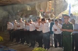 Đoàn đại biểu huyện Hòa Thành viếng Khu Căn cứ kháng chiến Kim Quang