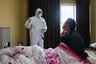 Bác sĩ Vũ Hán vắt kiệt sức chống dịch