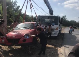Ô tô lạc tay lái lao xuống mương nước bên đường