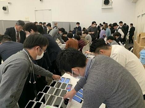 Nhật phát 2.000 iPhone cho du thuyền dính virus corona