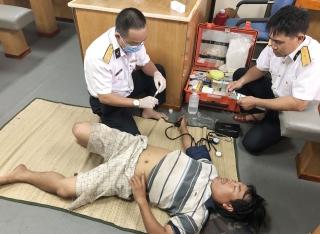 Tàu Hải quân cứu ngư dân bị bệnh trên biển
