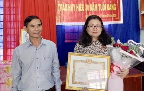 Trao Huy hiệu 30 năm tuổi Đảng cho các đảng viên
