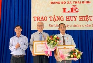 Trao huy hiệu 45, 40 năm tuổi đảng cho 5 đảng viên