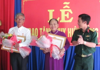 Trao huy hiệu 45 năm và 30 năm tuổi Đảng cho các đảng viên phường Ninh Thạnh, Thành phố Tây Ninh