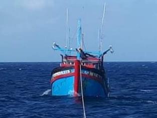 Tàu 743 cứu nạn và lai dắt Tàu cá KH-96543TS về đảo Núi Le an toàn