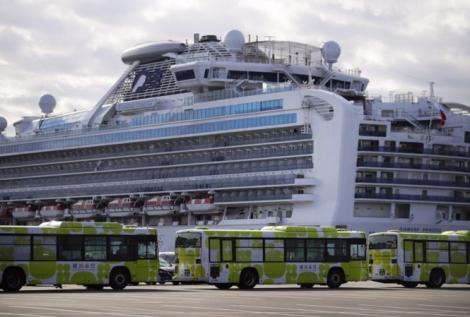 Bộ trưởng Nhật Bản nhận lỗi vì cho hành khách nhiễm Covid-19 rời du thuyền