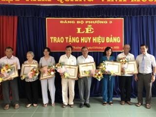 Tặng Huy hiệu Đảng cho 9 đảng viên thuộc Đảng bộ Phường 3