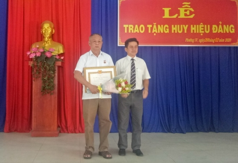 Tặng Huy hiệu 30 năm tuổi Đảng cho đảng viên Phường IV