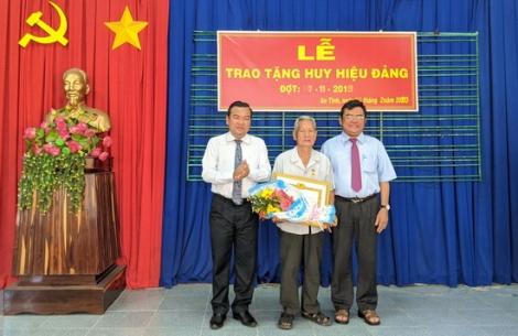 Tặng Huy hiệu Đảng cho đảng viên phường An Tịnh