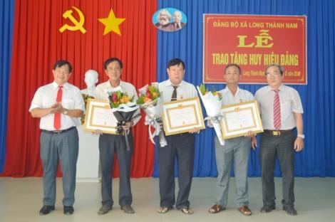 Trao tặng Huy hiệu 55, 50, 45, 40 và 30 năm tuổi Đảng cho đảng viên