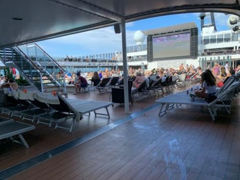 Du thuyền 4.500 hành khách bị hắt hủi
