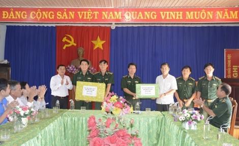Thăm, tặng quà các đồn biên phòng trên địa bàn huyện Tân Biên
