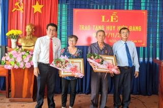 Trao huy hiệu 50, 30 năm tuổi Đảng cho đảng viên phường Trảng Bàng
