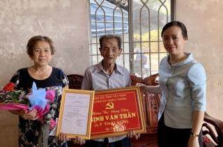 Thăm tặng khánh mừng thọ cho đảng viên 90 tuổi