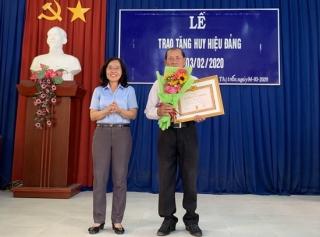 Bến Cầu trao huy hiệu 45, 30 năm tuổi Đảng